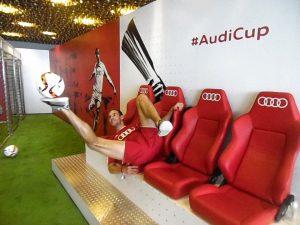Fußball-Freestyler jonglieren Allianz-Arena München Audi
