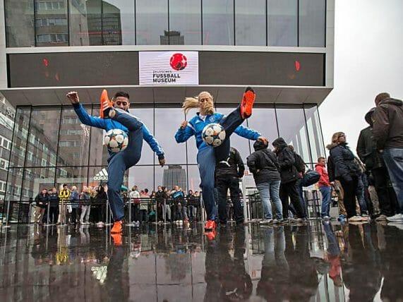 Nina Windmüller_Mehmetcan Örücü Fußballakrobaten Deutsches Fußballmuseum Dortmund